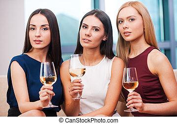 leżanka, suknia, dzierżawa okulary, wieczorny, kobiety, młody, wino, posiedzenie, trzy, piękno, wino., piękny
