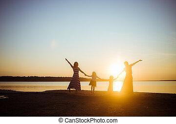 lekki, przyjaźń, zachód słońca, dzierżawa, rozrywka, siła robocza, generation., sylwetka, ludzie, młodszy, starszy, tryb, dobry, tło., freedom., nawzajem