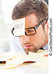 lepiszcze, głowa, jego, help!, młody, formalwear, nuta, czoło, nachylenie, stół, udaremniony, człowiek