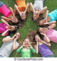 letnie dzieciska, grupa, obóz, rozkrzyczany, wiek dojrzewania, śpiew, albo