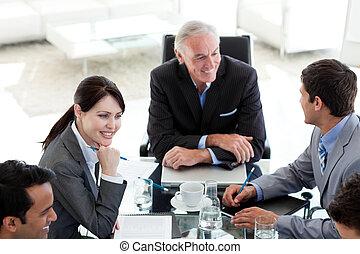 ludzie handlowe, plan, dyskutując, międzynarodowy