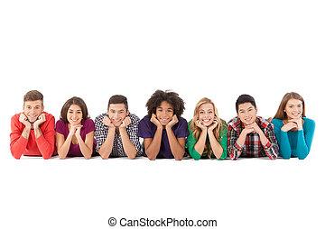 ludzie, ludzie., młody, odizolowany, radosny, znowu, multi-ethnic, przypadkowy, przód, biały, uśmiechanie się, leżący