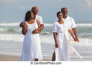 mężczyźni, pary, amerykanka, afrykanin, senior, szczęśliwy, plaża, kobiety