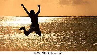 młody, skokowy, zachód słońca, szczęśliwy, plaża, człowiek