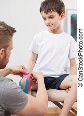 mały, chłopiec, kinesiology, terapia, podczas