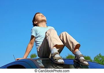 mały, wóz, zamknięty, dach, oczy, błękitne niebo, posiedzenie, chłopiec