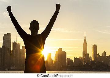 miasto, kobieta, pomyślny, sylwetka na tle nieba, york, nowy, wschód słońca