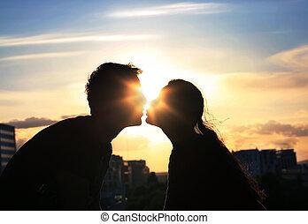miasto, wieczorny, para, tło, całowanie, na