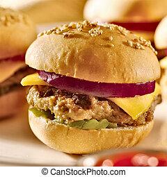 mini burgers, ser, cebula, pickle.