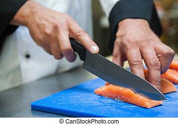 mistrz kucharski, ostro, zamknięcie, łosoś, nóż, do góry, rozkrawając