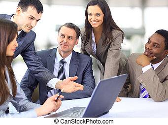 multi, handlowy, etniczny, egzekutorzy, dyskutując, praca, spotkanie