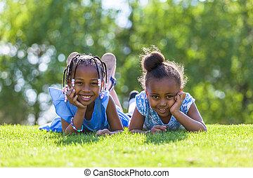 na wolnym powietrzu, -, ludzie, leżący, czarnoskóry, sprytny, na dół, siostry, portret, uśmiechanie się, afrykanin, trawa, młody