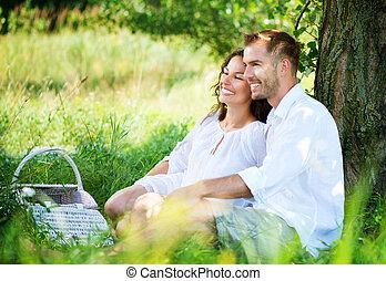 na wolnym powietrzu, piknik, rodzina, para, młody, park., posiadanie, szczęśliwy