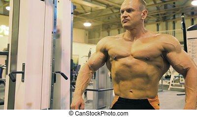 napinając, bodybuilder, mięśnie, sala gimnastyczna