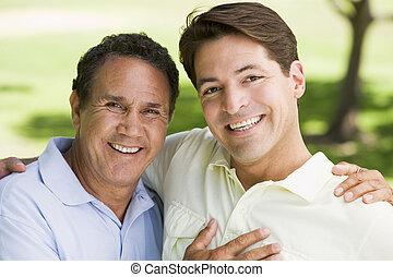 obejmowanie, uśmiechanie się, mężczyźni, dwa, outdoors