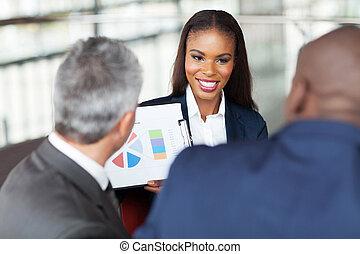 objaśniając, handlowy, kobieta interesu, wykres, drużyna, młody, afrykanin