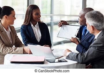 objaśniając, koledzy, wykres, zbyt, afrykanin, biznesmen