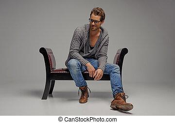 odizolowany, posiedzenie, rocznik wina, precz, mężczyźni, młody, szary, patrząc, znowu, chair., krzesło, przystojny, okulary
