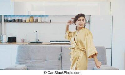 odprężając, dziewczyna, kobieta, shower., kąpielowy szlafrok, home., młody, rutyna, jej, rano, piękny, po