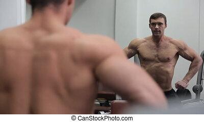 ogromny, jego, bodybuilder, mięśnie, lustro, przód, widać