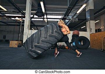 ogromny, kobieta, crossfit, zmęczyć, sala gimnastyczna, trzepiąc