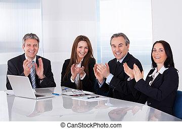 oklaski, businesspeople, szczęśliwy