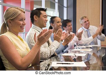 oklaskując, businesspeople, piątka, sala konferencyjna, stół, uśmiechanie się
