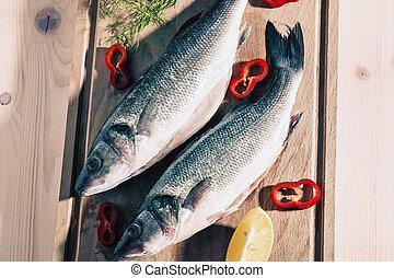 otrzyjcie skórę rybę, cięcie deska