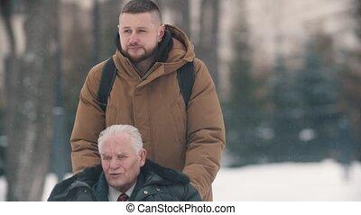 outdoors, dziadek, młody, opad śnieżny, człowiek, jego, pieszy, wheelchair, pod