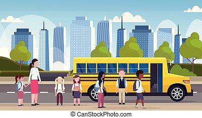 płaski, pieszy, pojęcie, grupa, uczniowie, autobus, tło, żółty, zmieszać, długość, pełny, prąd, cityscape, poziomy, dzieci, przewóz