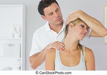 pacjenci, pociągający, szyja, egzaminując, fizykoterapeuta