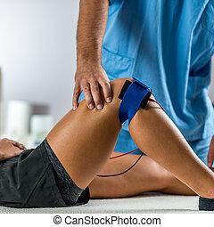 pacjent, elektrody, umieszczanie, zachęta, terapeuta, elektryczny, kolano, fizyczny, therapy.