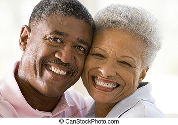 para, być w domu, uśmiechanie się, odprężając