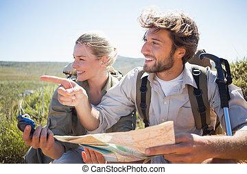 para, c, góra, używając, złamanie, teren, mapa, wpływy, hiking