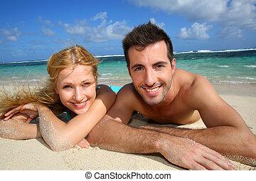 para, kładąc, młody, radosny, plaża, piaszczysty