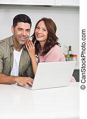 para, laptop, portret, używając, kuchnia, szczęśliwy