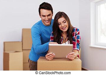 para, przemieszczenie, młody, nowy, rozmieszczając, dom, kochający