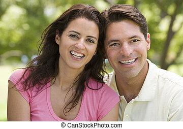 para, uśmiechanie się, outdoors