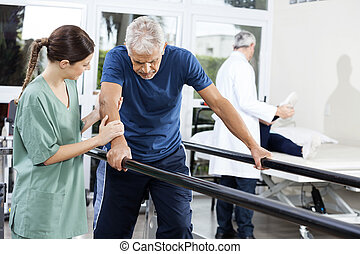 paral, pieszy, pacjent, stanie samica, między, fizykoterapeuta