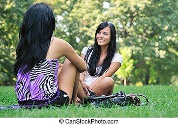 park, -, dziewczyny, dwa, mówiąc, zewnątrz, przyjaciele