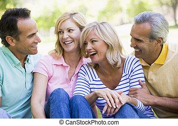 pary, uśmiechanie się, dwa, outdoors