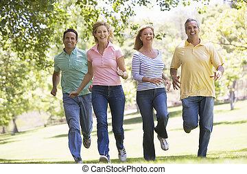 pary, wyścigi, outdoors, uśmiechanie się, dwa