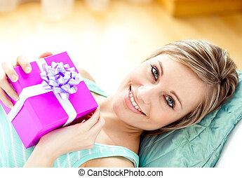 patrząc, dar, kobieta uśmiechnięta