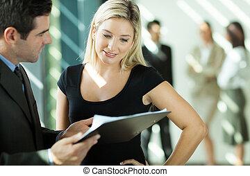 patrząc, kobieta interesu, dokument, biznesmen