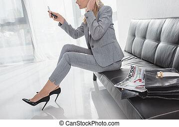 patrząc, kobieta interesu, kosmetyczne lustro