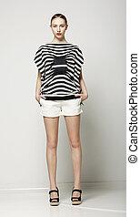 pełny, szorty, shirt., nowoczesny, szary, zbiór, długość, kobieta, modny, pasiasty, przypadkowy
