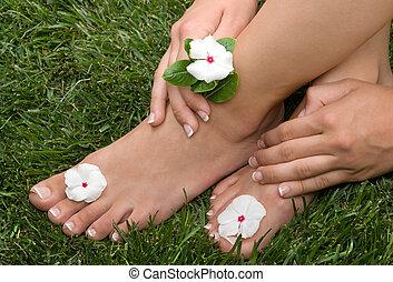 pedicured, feet, trawa
