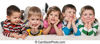piątka, dzieci, leżący, dywan
