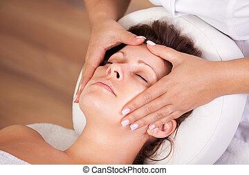 piękna kobieta, dostając, młody, twarzowy masaż
