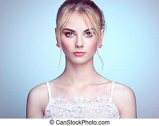 piękna kobieta, młody, włosiany fason, blond, portret